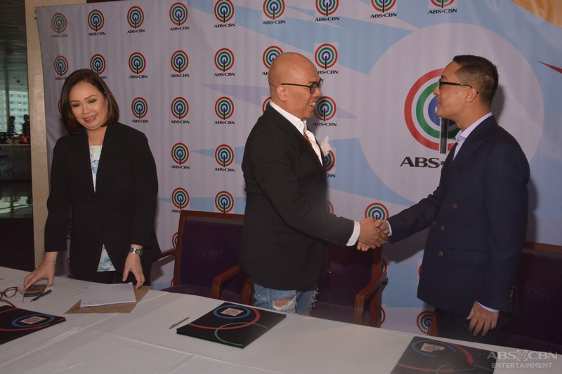 Boy Abunda signs new contract with ABS-CBN